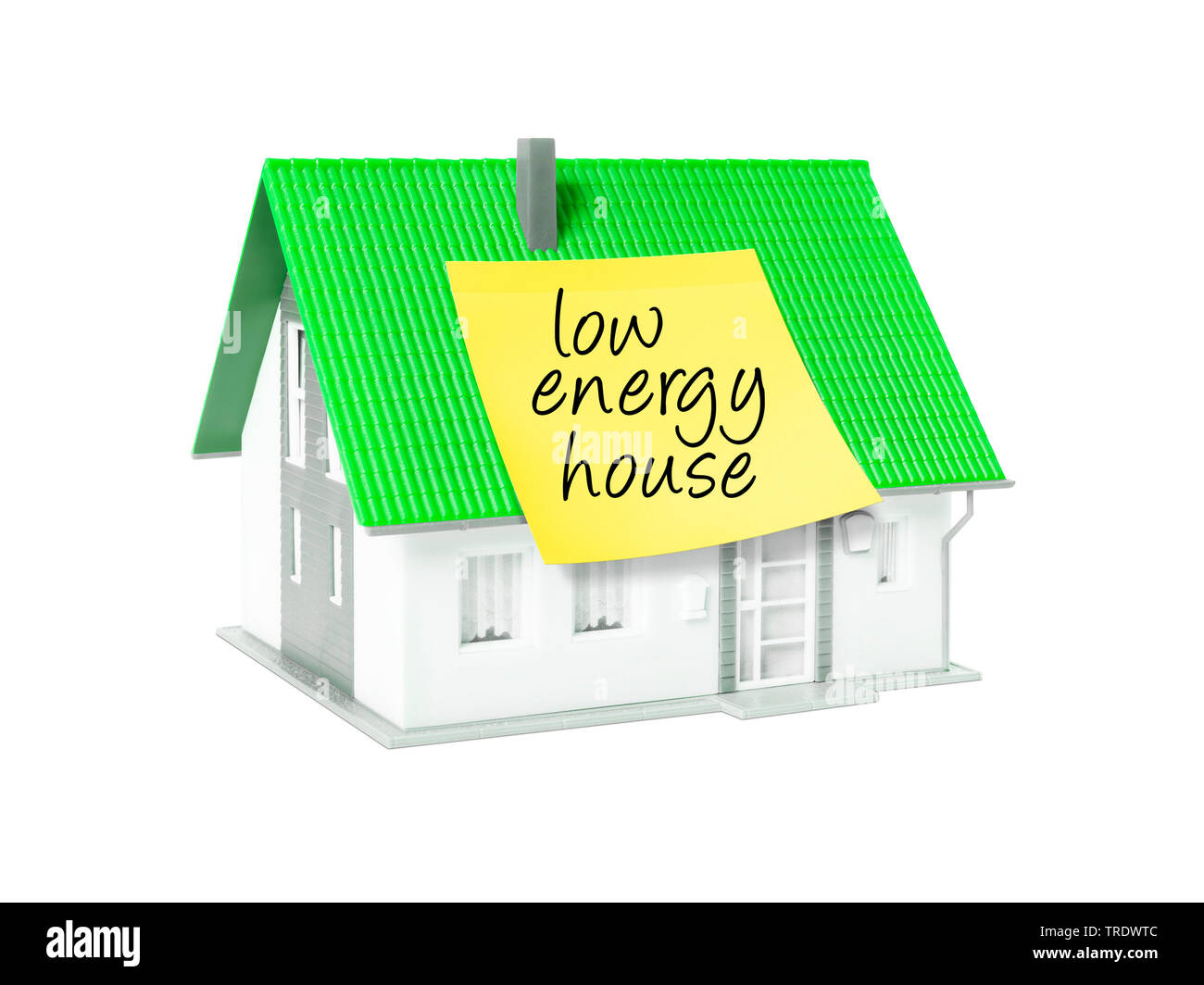 3D-Computergrafik, Alleinstehendes Einfamilienhaus mit gelbem Klebezettel mit der Aufschrift LOW ENERGY HOUSE (Niedrigenergiehaus) | 3D computer graph - Stock Image