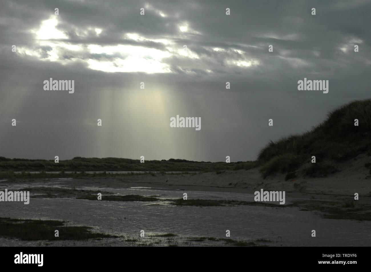 Sonnenstrahlen durchbrechen die Wolken, Niederlande, Niederlande, Schiermonnikoog | sunbeams breaking through the clouds, Netherlands, Netherlands, Sc - Stock Image