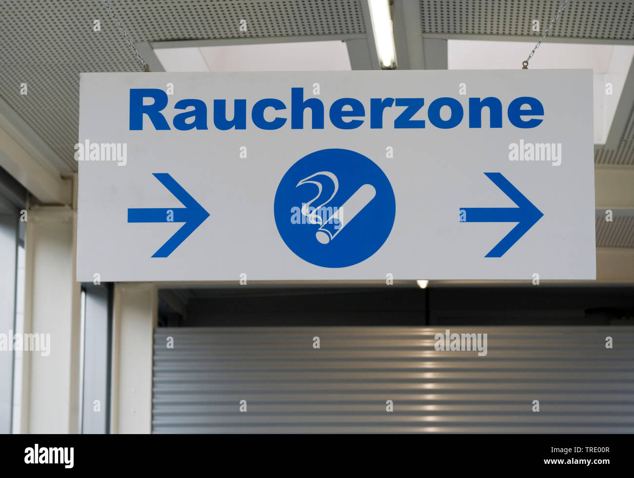 Wegweiser zu einer Raucherzone  | Sign post for a smoking area | BLWS512922.jpg [ (c) blickwinkel/McPHOTO/M. Begsteiger Tel. +49 (0)2302-2793220, E-ma - Stock Image