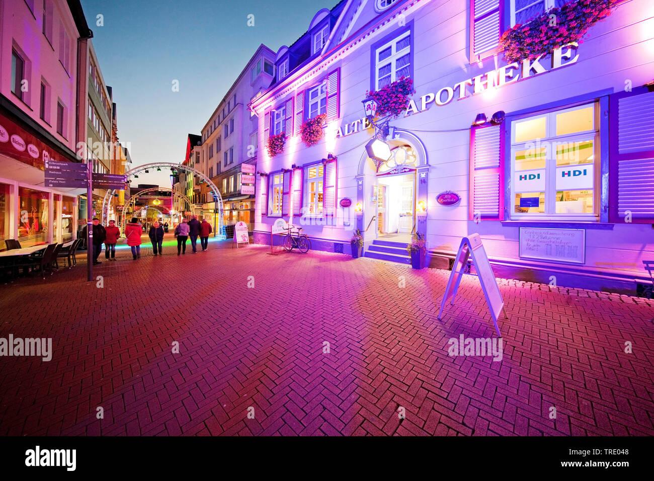 Illuminierte Apotheke in der Altstadt bei der Veranstaltung Recklinghausen leuchtet, Deutschland, Nordrhein-Westfalen, Ruhrgebiet, Recklinghausen   il - Stock Image