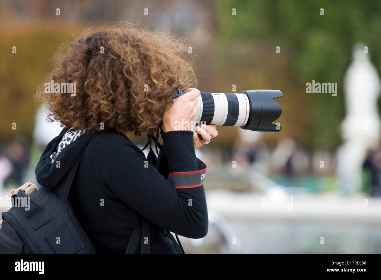 Frau mit professioneller Kamera mit Teleobjektiv | Woman with professional camera with long tele lenses | BLWS513117.jpg [ (c) blickwinkel/McPHOTO/M. - Stock Image
