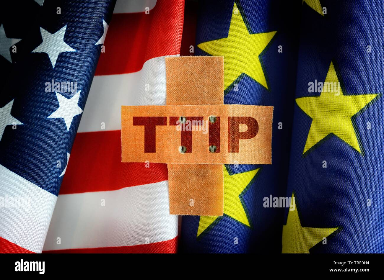 US und Europaflagge als Symbol fuer das TTIP-Freihandelsabkommen, Deutschland | US and European Union flags symbolizing the TTIP Trade Agreement, Germ - Stock Image