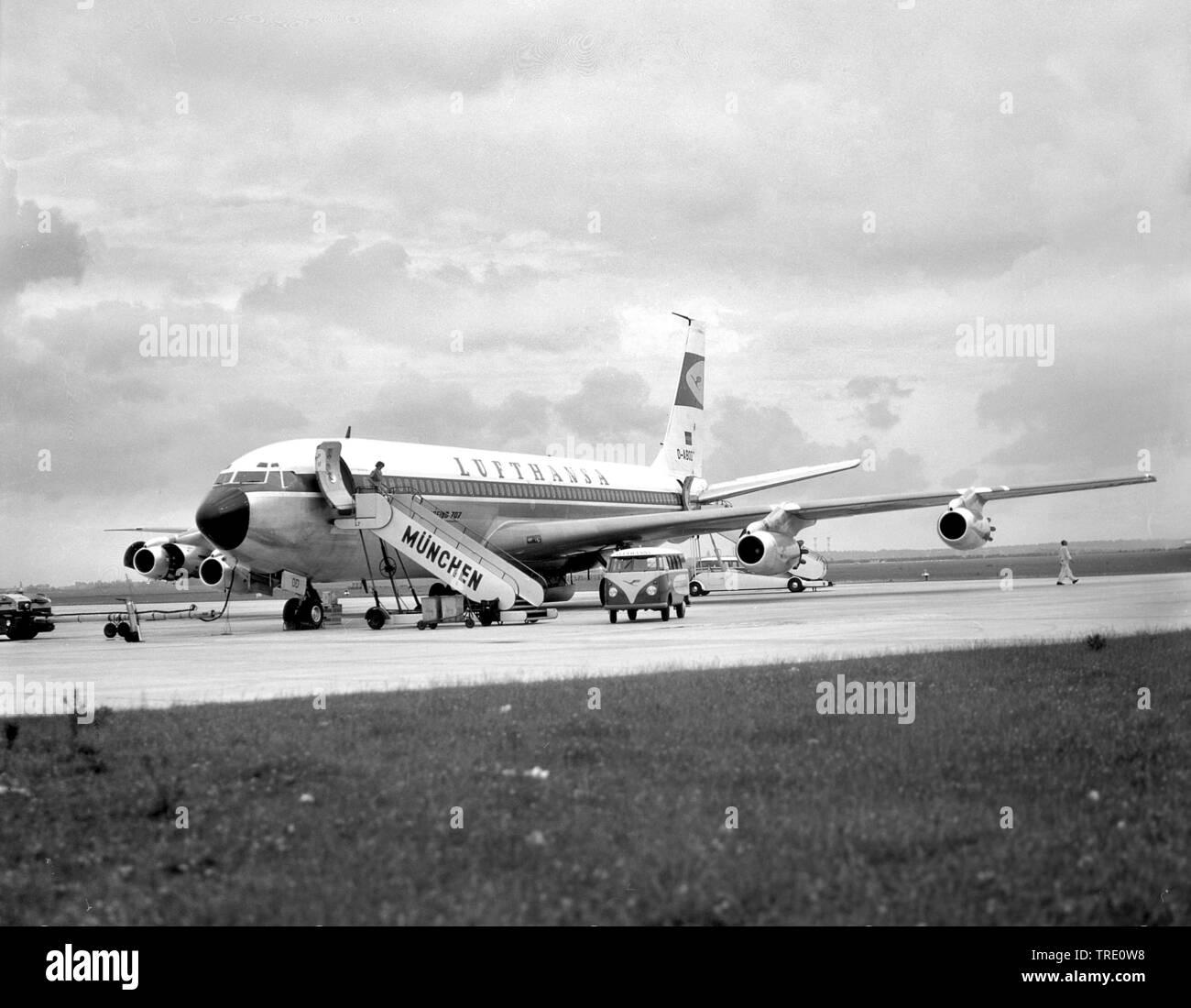 Lufthansa Boeing 707 am Flughafen Muenchen-Riem, historisches Bild vom 25.06.1963, Deutschland, Bayern, Muenchen | Lufthansa Boeing 707 on airport Mun - Stock Image