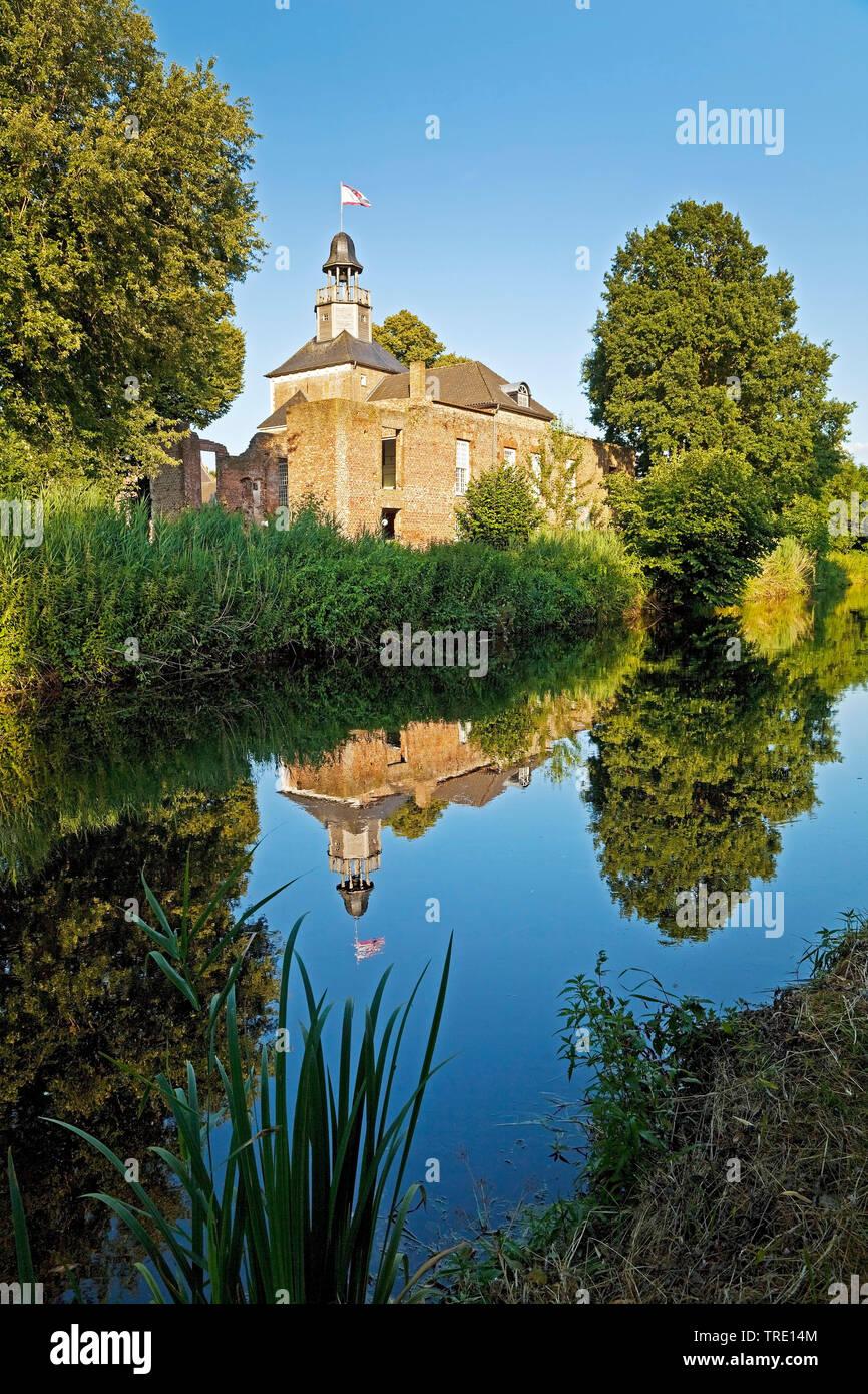 Fluss Niers mit Schloss Hertefeld in Weeze, Deutschland, Nordrhein-Westfalen, Niederrhein, Weeze | river Niers with Hertefeld castle in Weeze, Germany - Stock Image