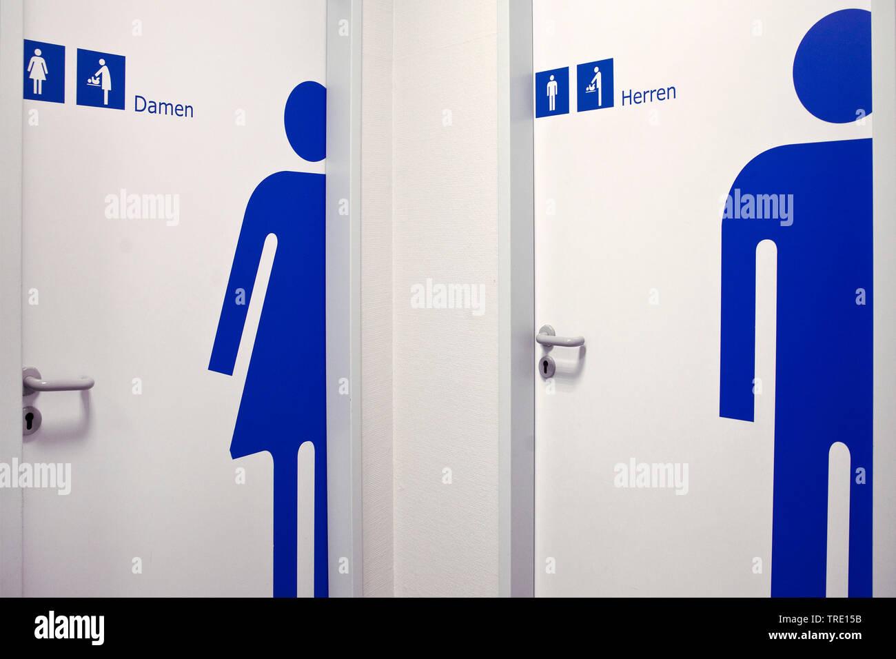 Tueren zu den Toiletten fuer Damen und Herren, Deutschland, Nordrhein-Westfalen, Ruhrgebiet, Essen   toilet doors for ladies and men, Germany, North R - Stock Image