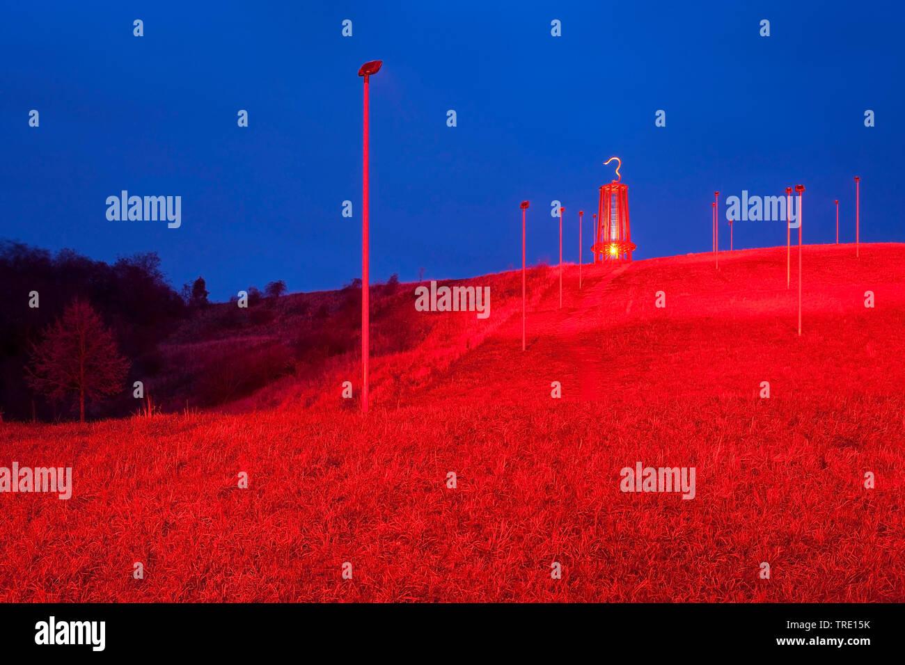 Halde Rheinpreussen am Abend mit dem Kunstwerk Geleucht, Deutschland, Nordrhein-Westfalen, Moers   Geleucht, sculpture of miners lamp on spoil tip Rhe - Stock Image
