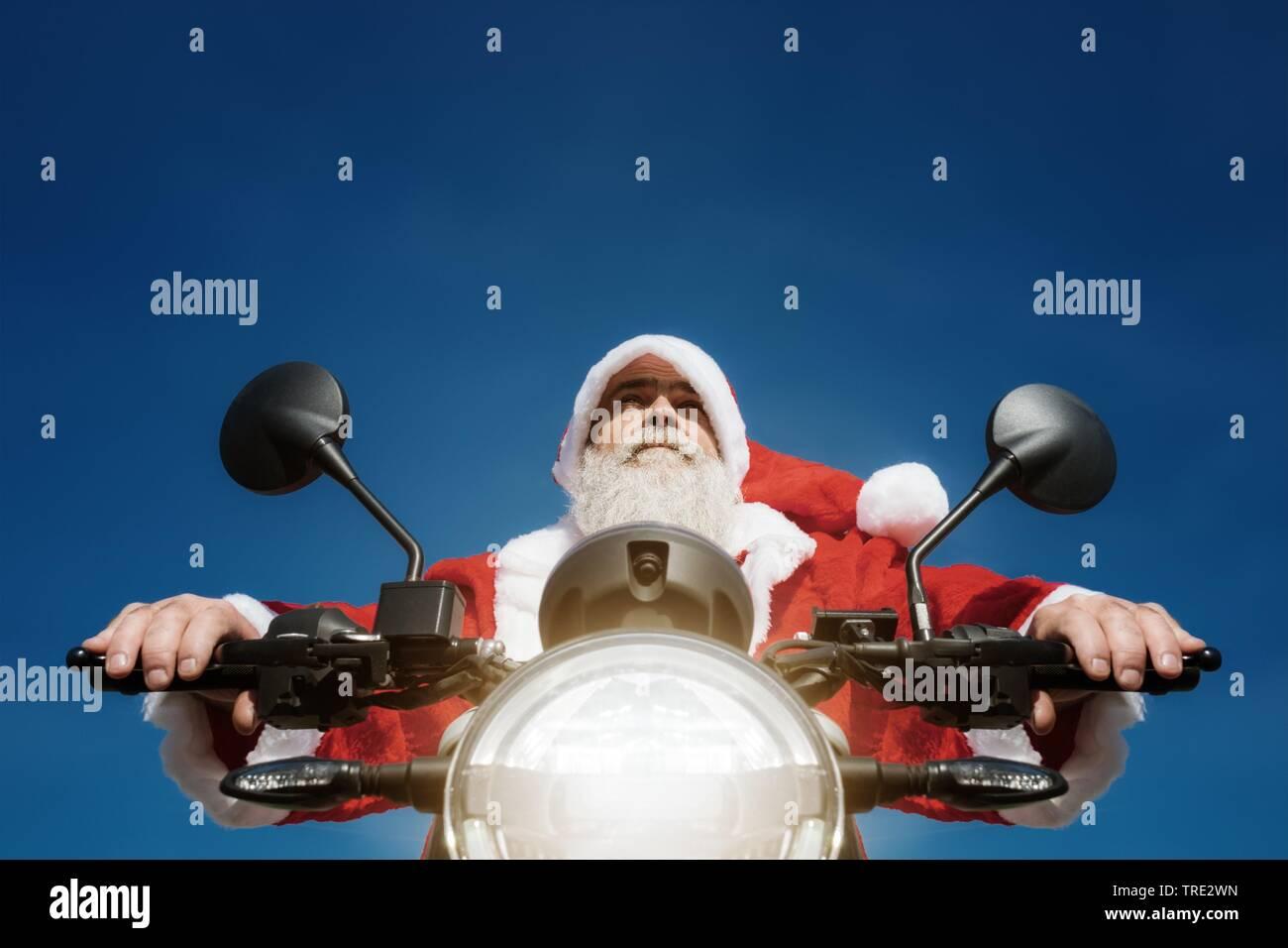 moderner Weinachtsmann auf einem Motorrad, Deutschland   man on a motorbike in a typical Santa Claus costume, Germany   BLWS515752.jpg [ (c) blickwink - Stock Image