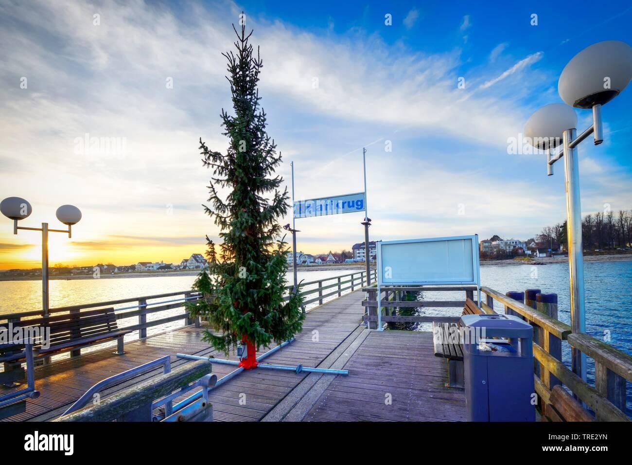 Weihnachtstanne auf der Seebruecke von Haffkrug, Deutschland, Schleswig-Holstein, Haffkrug | Christmas tree on the Haffkrug pier, Germany, Schleswig-H - Stock Image