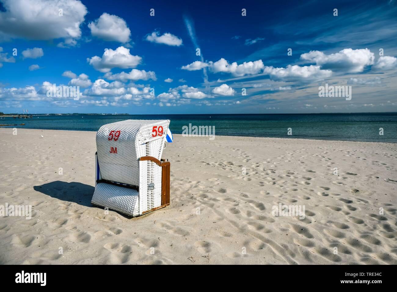 Strandkorb am Timmendorfer Strand, Deutschland, Schleswig-Holstein, Haffkrug | beach chair at Timmendorfer Strand, Germany, Schleswig-Holstein, Haffkr - Stock Image
