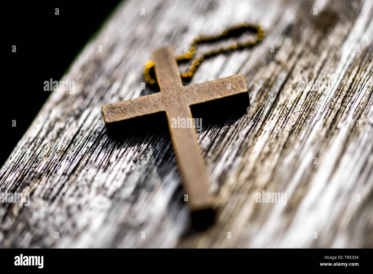 Kreuz liegt auf einer Bank, Deutschland | cross lying on a bench, Germany | BLWS515946.jpg [ (c) blickwinkel/McPHOTO/C. Ohde Tel. +49 (0)2302-2793220, - Stock Image