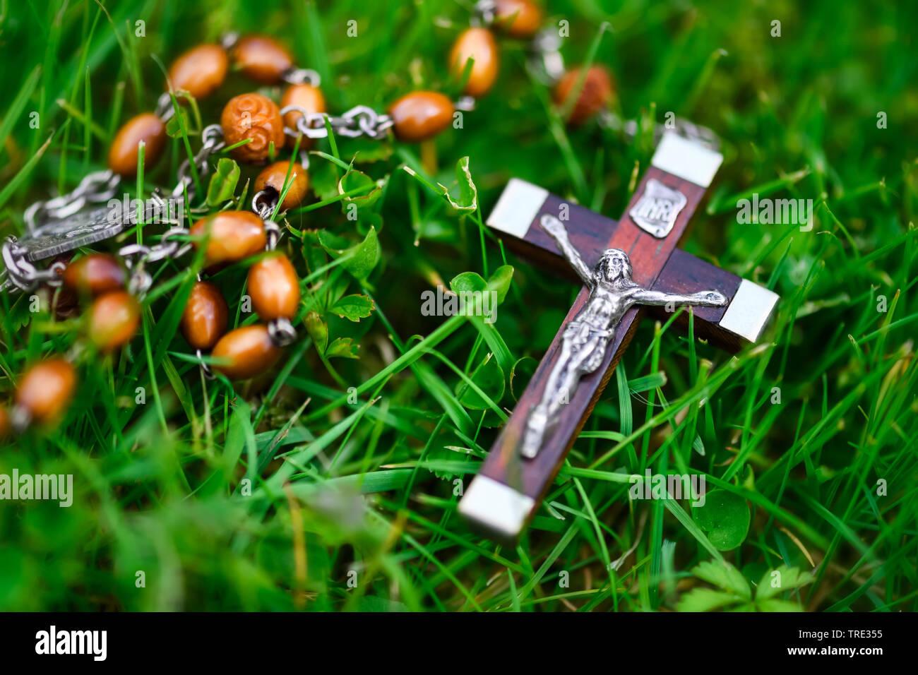 Kruzifix mit Rosenkranz liegt im Gras, Deutschland | crucifix lying in grass, Germany | BLWS515949.jpg [ (c) blickwinkel/McPHOTO/C. Ohde Tel. +49 (0)2 - Stock Image