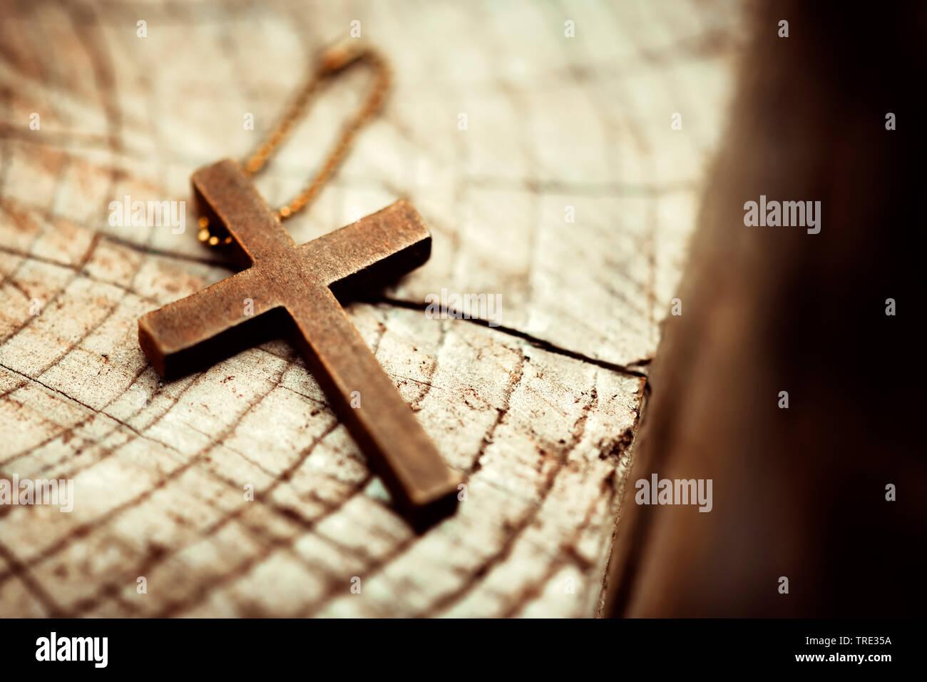 Kreuz liegt auf einer Bank, Deutschland | cross lying on a bench, Germany | BLWS515947.jpg [ (c) blickwinkel/McPHOTO/C. Ohde Tel. +49 (0)2302-2793220, - Stock Image