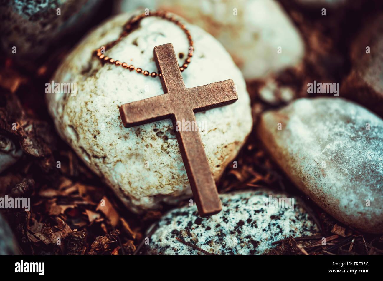 Kreuz liegt auf Kies, Deutschland | cross lying on pebbles, Germany | BLWS515948.jpg [ (c) blickwinkel/McPHOTO/C. Ohde Tel. +49 (0)2302-2793220, E-mai - Stock Image