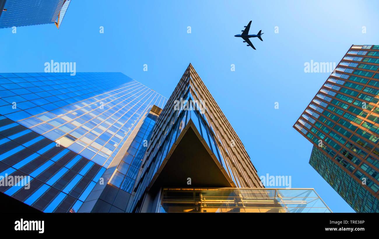 Flugzeug fliegt ueber Wolkenkratzer, USA, New York City   plane flying over modern buildings, USA, New York City   BLWS516046.jpg [ (c) blickwinkel/Mc - Stock Image
