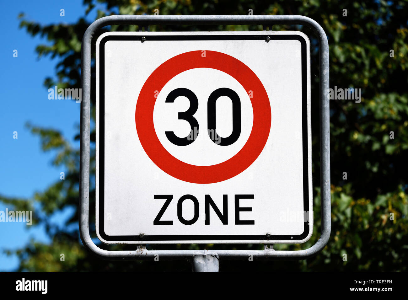Schild Tempo-30-Zone, Deutschland | sign 30 kph zone, Germany | BLWS516327.jpg [ (c) blickwinkel/McPHOTO/C. Ohde Tel. +49 (0)2302-2793220, E-mail: inf - Stock Image