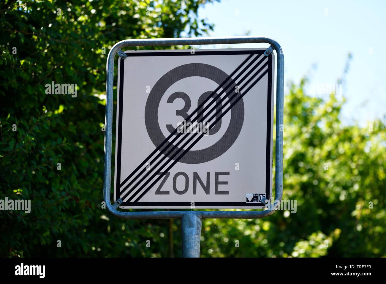 Schild Ende Tempo-30-Zone, Deutschland | sign limit of 30 kph zone, Germany | BLWS516328.jpg [ (c) blickwinkel/McPHOTO/C. Ohde Tel. +49 (0)2302-279322 - Stock Image