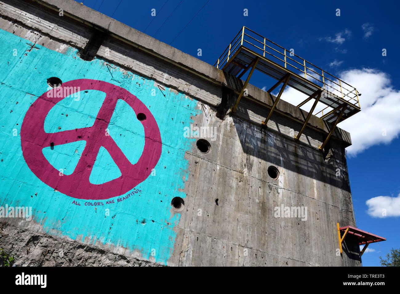 Peace-Zeichen an einem alten Bunker in Wilhelmsburg, Deutschland, Hamburg, Wilhelmsburg   peace sign at an old bunker, Germany, Hamburg, Wilhelmsburg - Stock Image