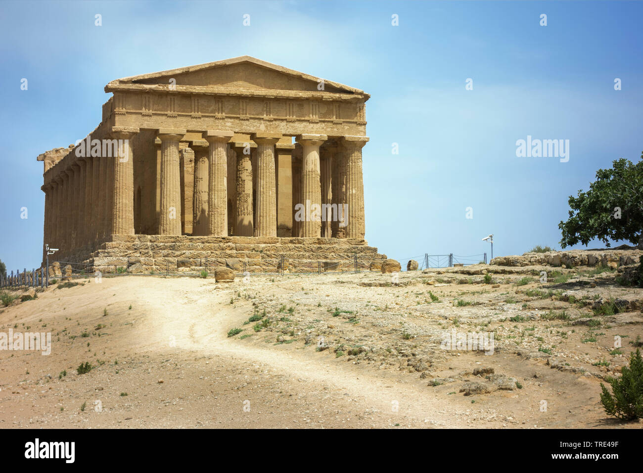 Antiker, griechischer Hera-Tempel in Segesta, Italien, Sizilien | Ancient Greek Doric temple in Segesta, Sicily, Italy, Italy, Sicilia | BLWS516905.jp - Stock Image