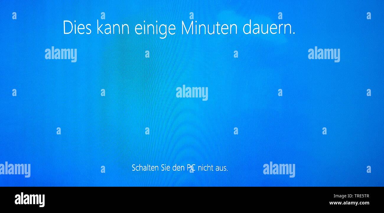 Desktop beim Ausschalten des PCs, Schalten sie den PC nicht aus, dies kann einige Minuten dauern, Update, Deutschland | desktop at shut down of the PC - Stock Image