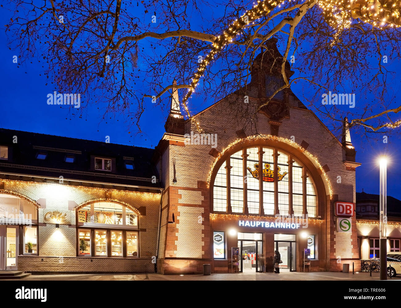 beleuchteter Hauptbahnhof am Abend, Deutschland, Nordrhein-Westfalen, Ruhrgebiet, Witten | illuminated central station in the evening, Germany, North - Stock Image
