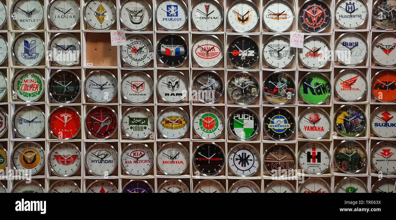 Verkauf von Uhren auf dem Weihnachtsmarkt, Deutschland | selling of clocks on a Christmas market, Germany | BLWS518231.jpg [ (c) blickwinkel/fotototo - Stock Image