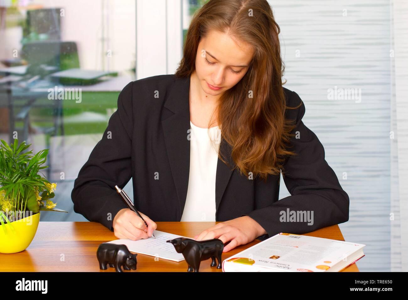 Portraet einer jungen Frau, am Schreibtisch arbeitend | Portrait of a young woman working at a desk | BLWS518267.jpg [ (c) blickwinkel/McPHOTO/A. Pulw - Stock Image
