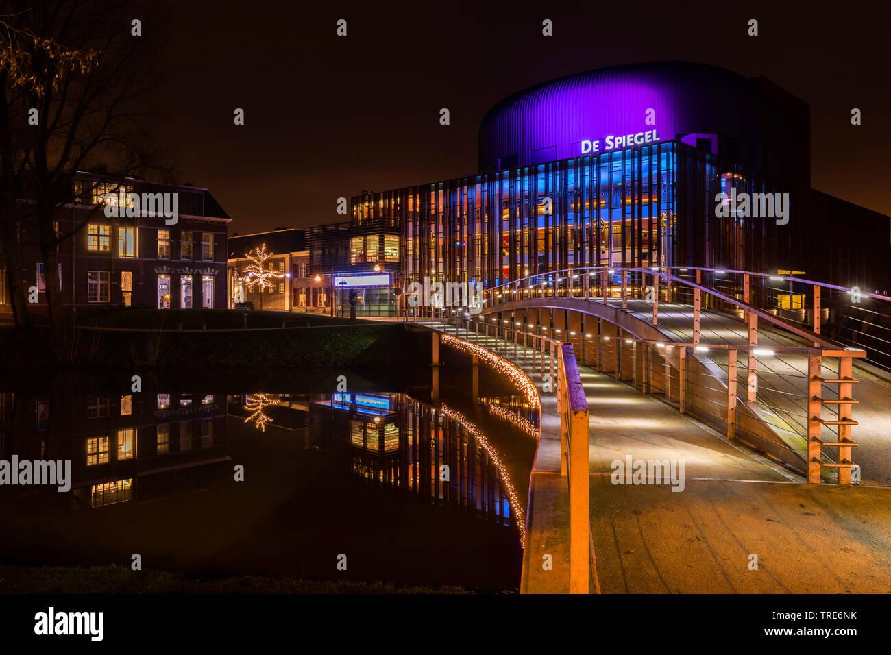 Nachtaufnahme von Zwolle mit dem De Soiegel- Theater, Niederlande, Overijssel, Zwolle | Cityscape Zwolle by night with theatre De Spiegel, Netherlands - Stock Image