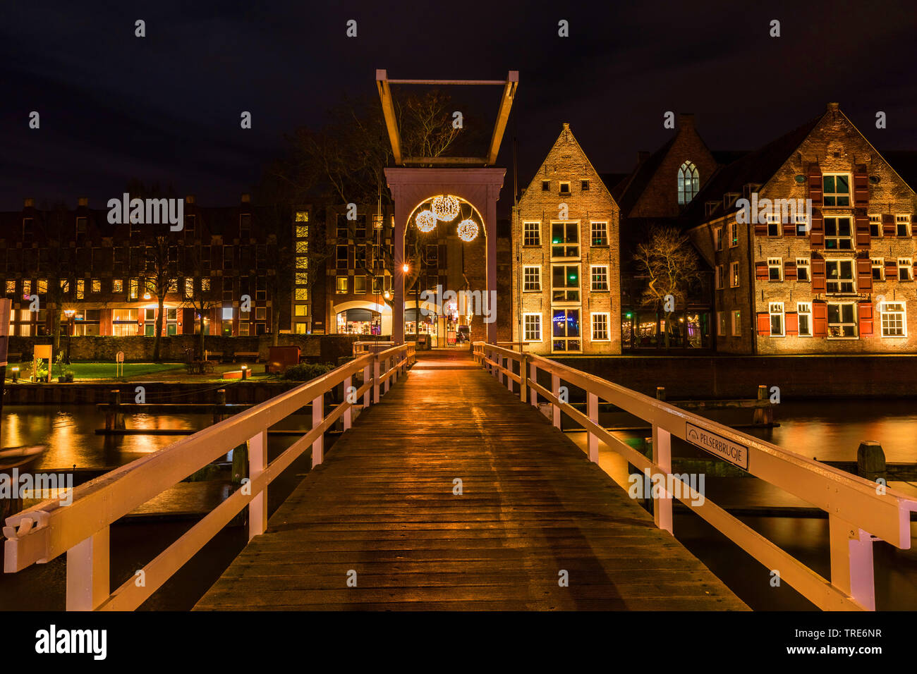 Stadtansicht von Zwolle bei Nacht, Sich von der Bruecke, Niederlande, Overijssel, Zwolle | Cityscape Zwolle by night, bridge, Netherlands, Overijssel, - Stock Image