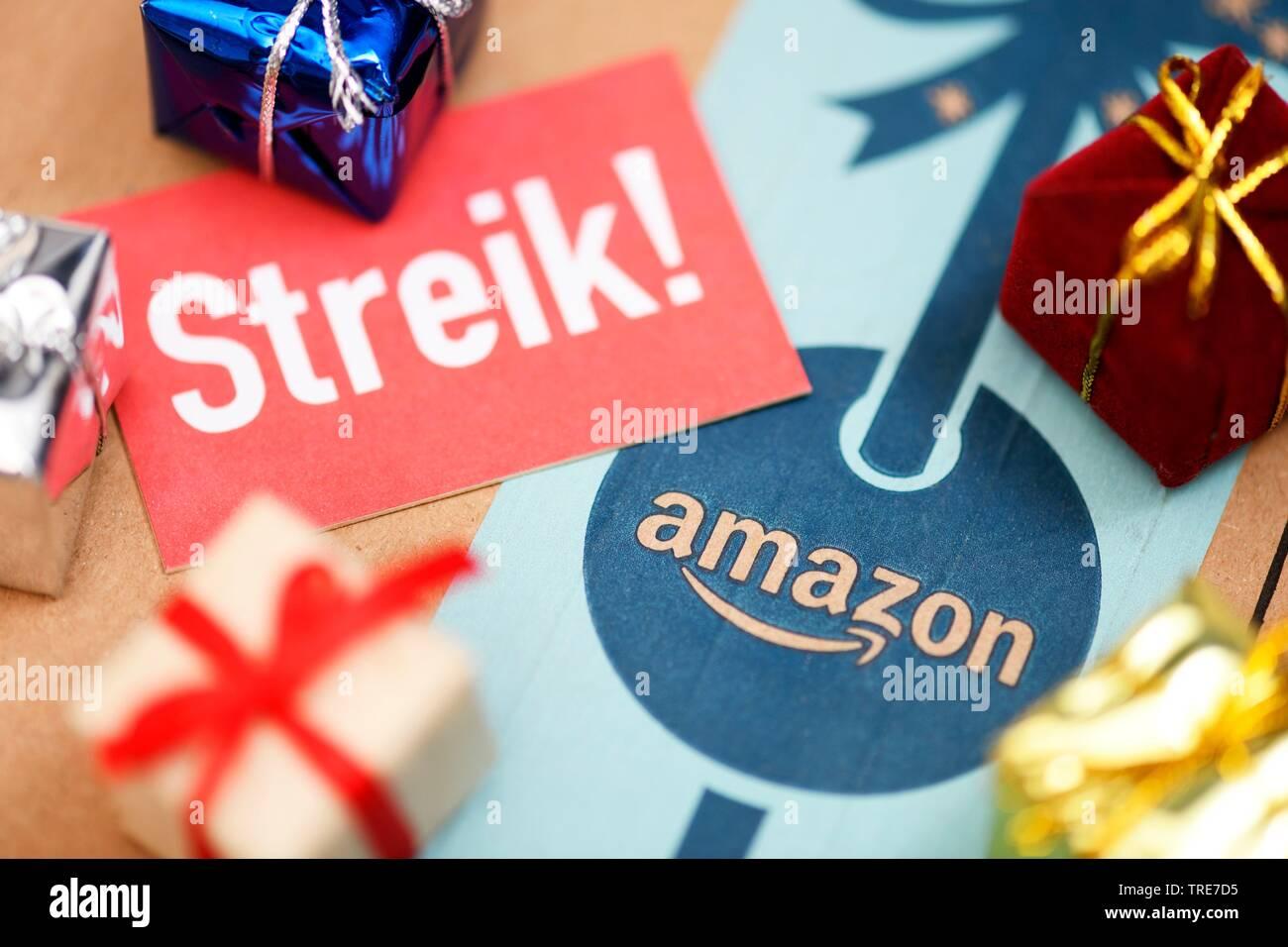 Streik-Schild und Weihnachtsgeschenke auf Amazon-Paket, Deutschland | walkout at amazon, Germany | BLWS519208.jpg [ (c) blickwinkel/McPHOTO/C. Ohde Te - Stock Image