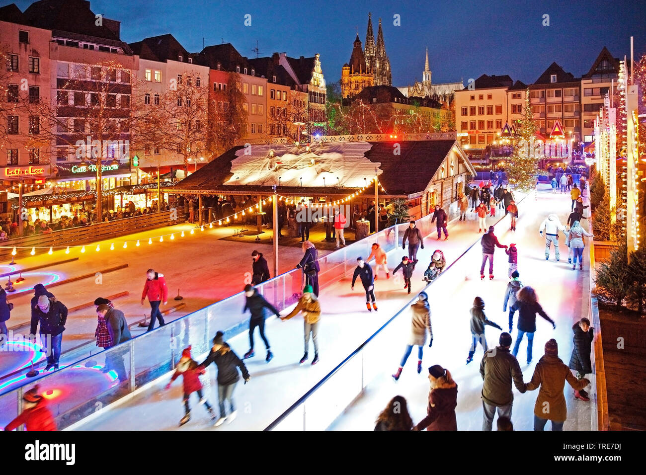 Menschen auf der illuminierten Eisbahn auf dem Heumarkt am Abend, Deutschland, Nordrhein-Westfalen, Koeln | ice skating on the Heumarkt in the evening - Stock Image