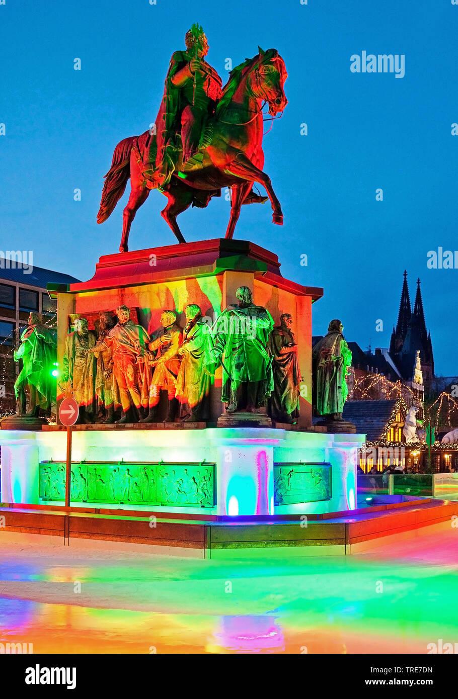 Eisbahn auf dem Heumarkt mit illuminiertem Reiterstandbild Friedrich Wilhelm III. und dem Koelner Dom, Deutschland, Nordrhein-Westfalen, Koeln   ice r - Stock Image