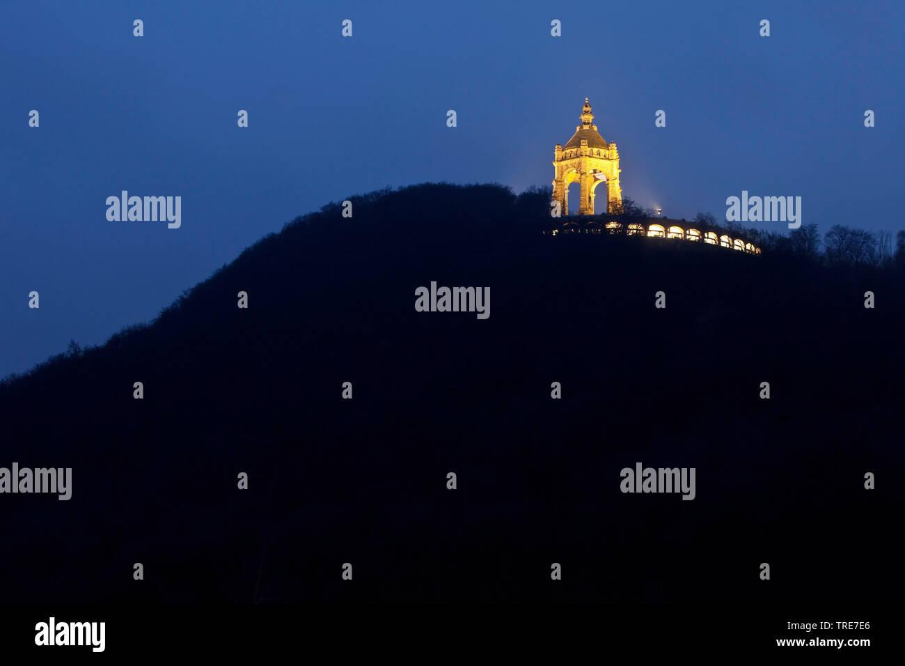 Beleuchtetes Kaiser-Wilhelm-Denkmal am Abend, Deutschland, Nordrhein-Westfalen, Ostwestfalen, Porta Westfalica | illuminated Emperor William Monument - Stock Image