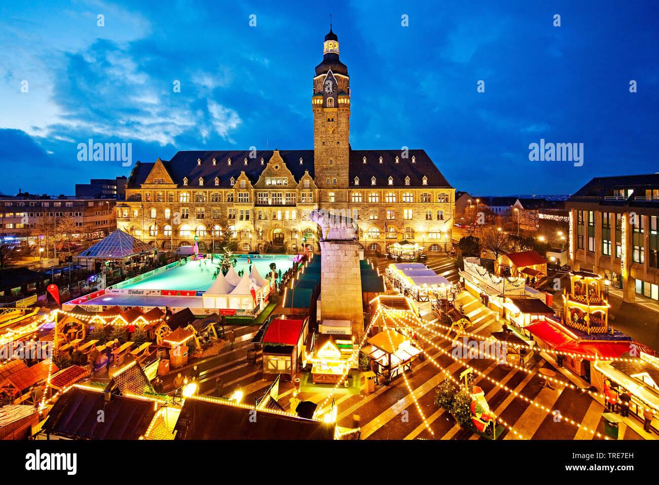Weihnachtsmarkt und Eisbahn am Abend vor dem Rathaus, Deutschland, Nordrhein-Westfalen, Remscheid   Christmas market and ice rink in front of the city - Stock Image