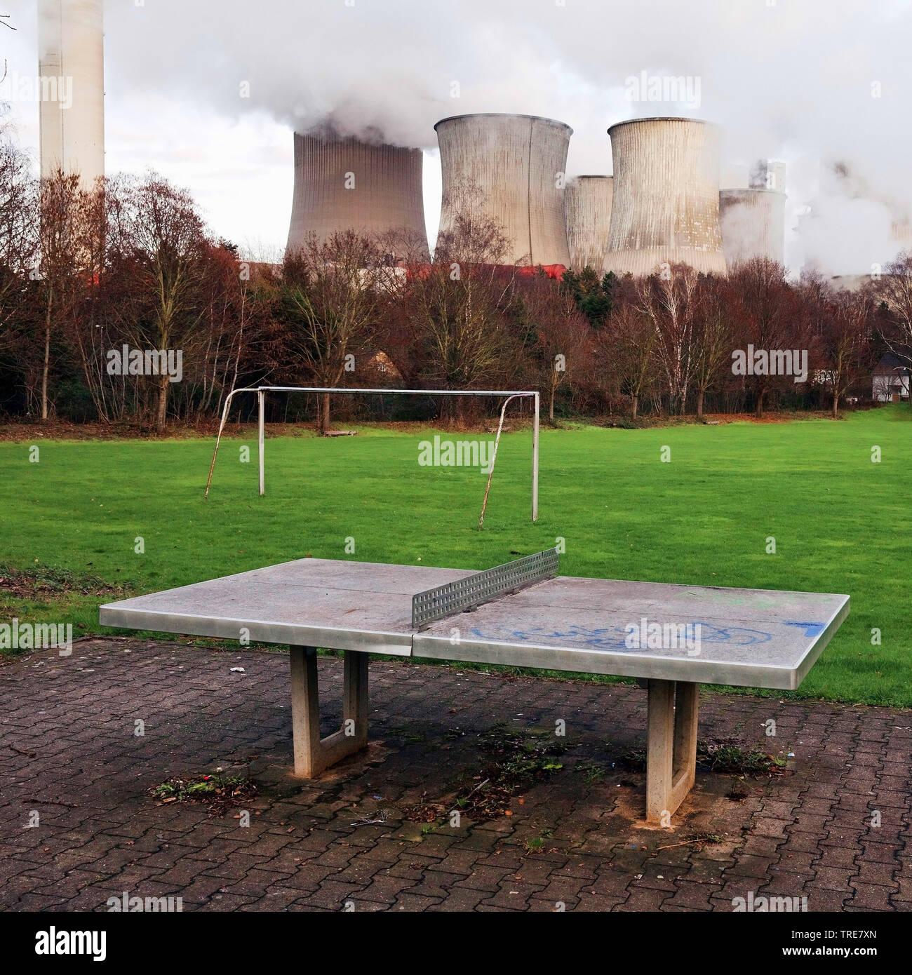 trister Spielplatz im Stadtteil Auenheim vor dem mit Braunkohle betriebenem Kraftwerk Niederaussem, Deutschland, Nordrhein-Westfalen, Bergheim | desol - Stock Image