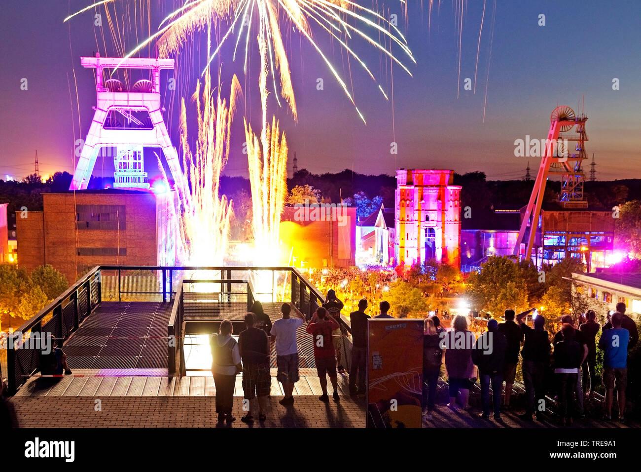 Feuerwerk an der illuminierten Zeche Ewald zur Extraschicht, Deutschland, Nordrhein-Westfalen, Ruhrgebiet, Herten   fireworks and illuminated coal-min - Stock Image