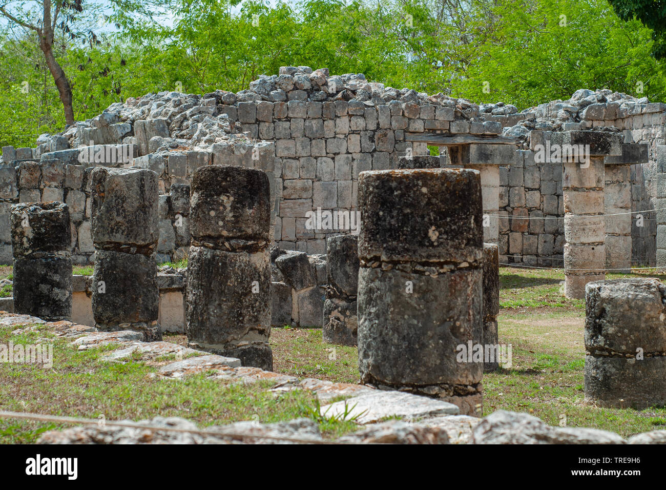Ruins and columns of a Mayan temple, in the archaeological area of Chichen Itza, on the Yucatan peninsula - Stock Image