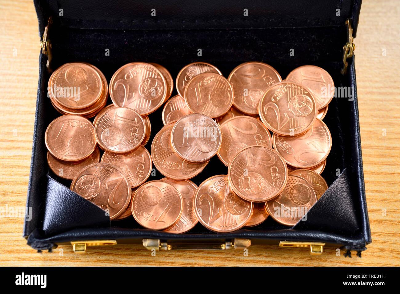 1- und 2-Centmuenzen in einem Aktenkoffer - Diskussion ueber Abschaffung von Kleingeld   1 and 2 Cent coins in a briefcase - discussion about abolishi - Stock Image