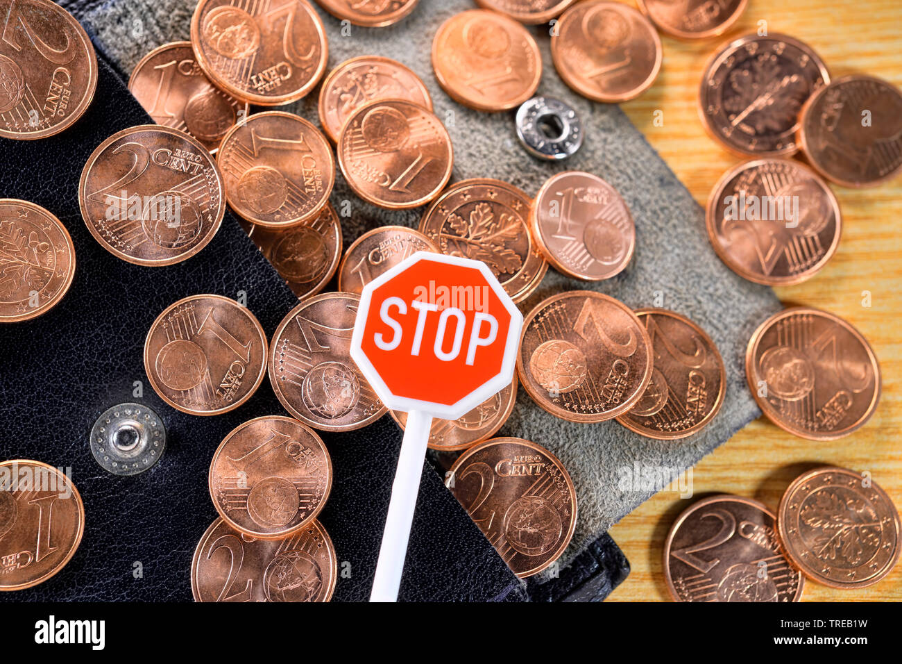 1- und 2-Centmuenzen mit einem Miniatur-Stopschild - Diskussion ueber Abschaffung von Kleingeld   1 and 2 Cent coins with a miniature stop sign - disc - Stock Image
