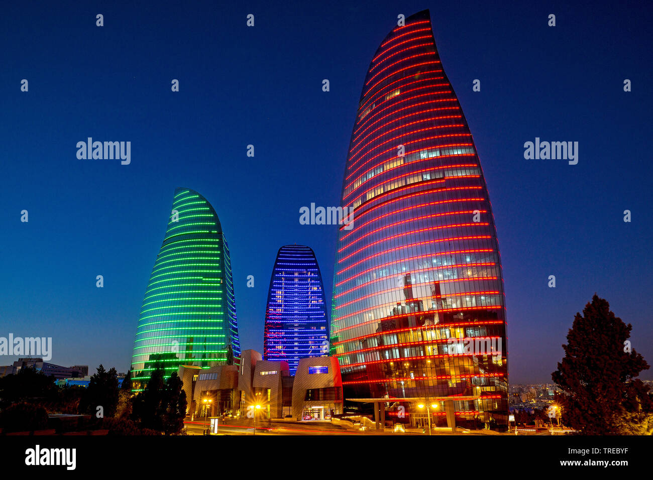 beleuchtete Flame Towers bei Nacht, Aserbaidschan, Baku | illuminated Flame Towers at night, Azerbaijan, Baku | BLWS522476.jpg [ (c) blickwinkel/McPHO - Stock Image