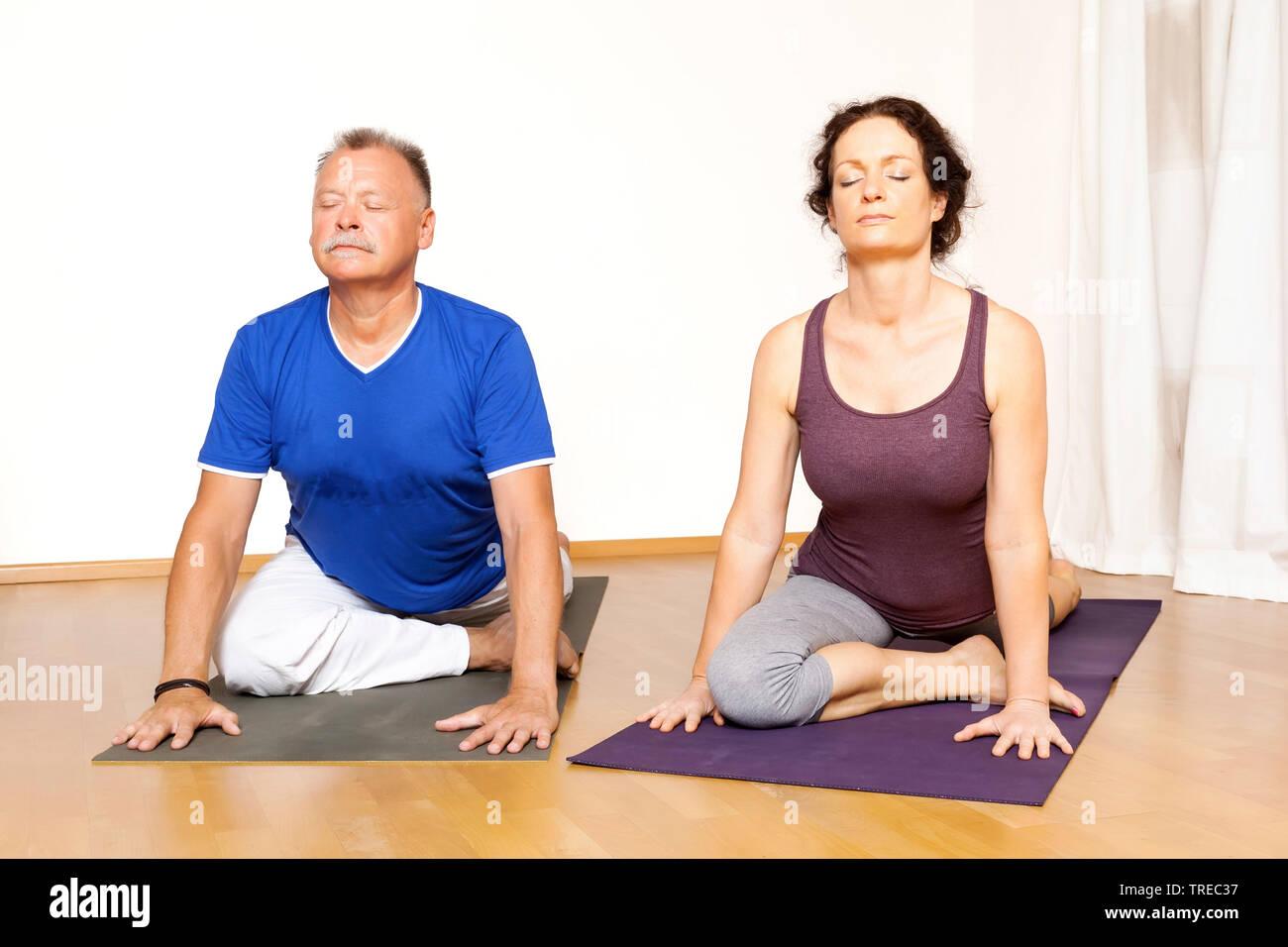 Frau und Mann machen Yoga-Uebungen, Europa | woman and man doing yoga, Europe | BLWS522590.jpg [ (c) blickwinkel/McPHOTO/M. Gann Tel. +49 (0)2302-2793 - Stock Image