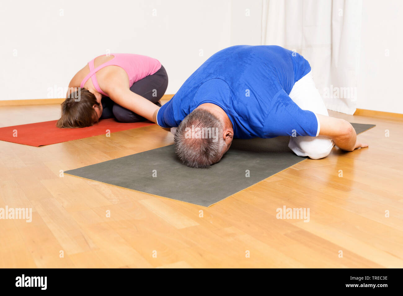 Frau und Mann machen Yoga-Uebungen, Europa | woman and man doing yoga, Europe | BLWS522592.jpg [ (c) blickwinkel/McPHOTO/M. Gann Tel. +49 (0)2302-2793 - Stock Image