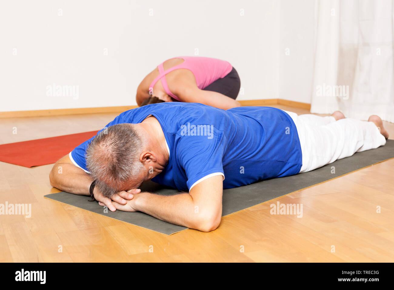 Frau und Mann machen Yoga-Uebungen, Europa | woman and man doing yoga, Europe | BLWS522593.jpg [ (c) blickwinkel/McPHOTO/M. Gann Tel. +49 (0)2302-2793 - Stock Image