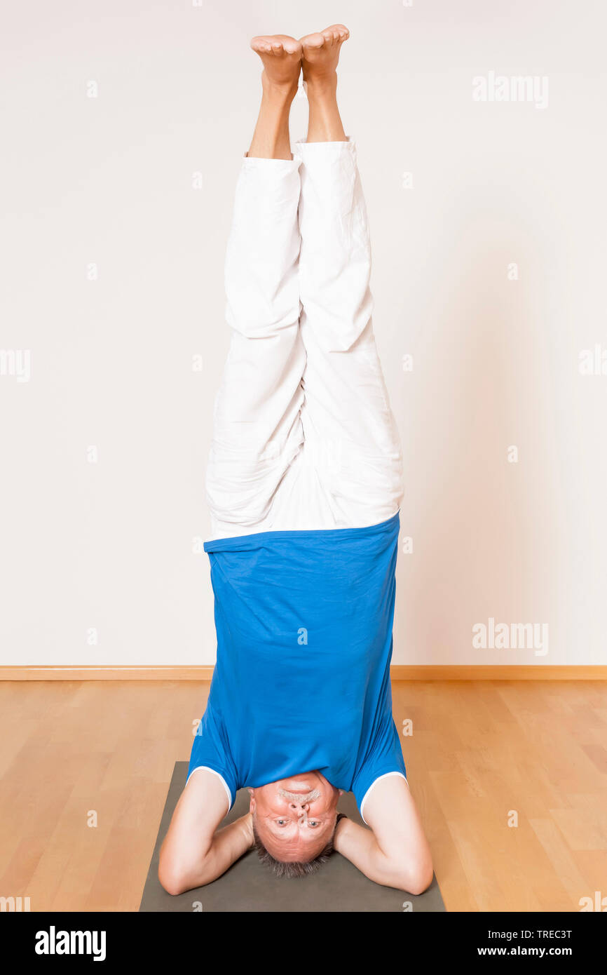 Mann machen Yoga-Uebung, Kopfstand, Europa | man doing yoga, Europe | BLWS522598.jpg [ (c) blickwinkel/McPHOTO/M. Gann Tel. +49 (0)2302-2793220, E-mai - Stock Image