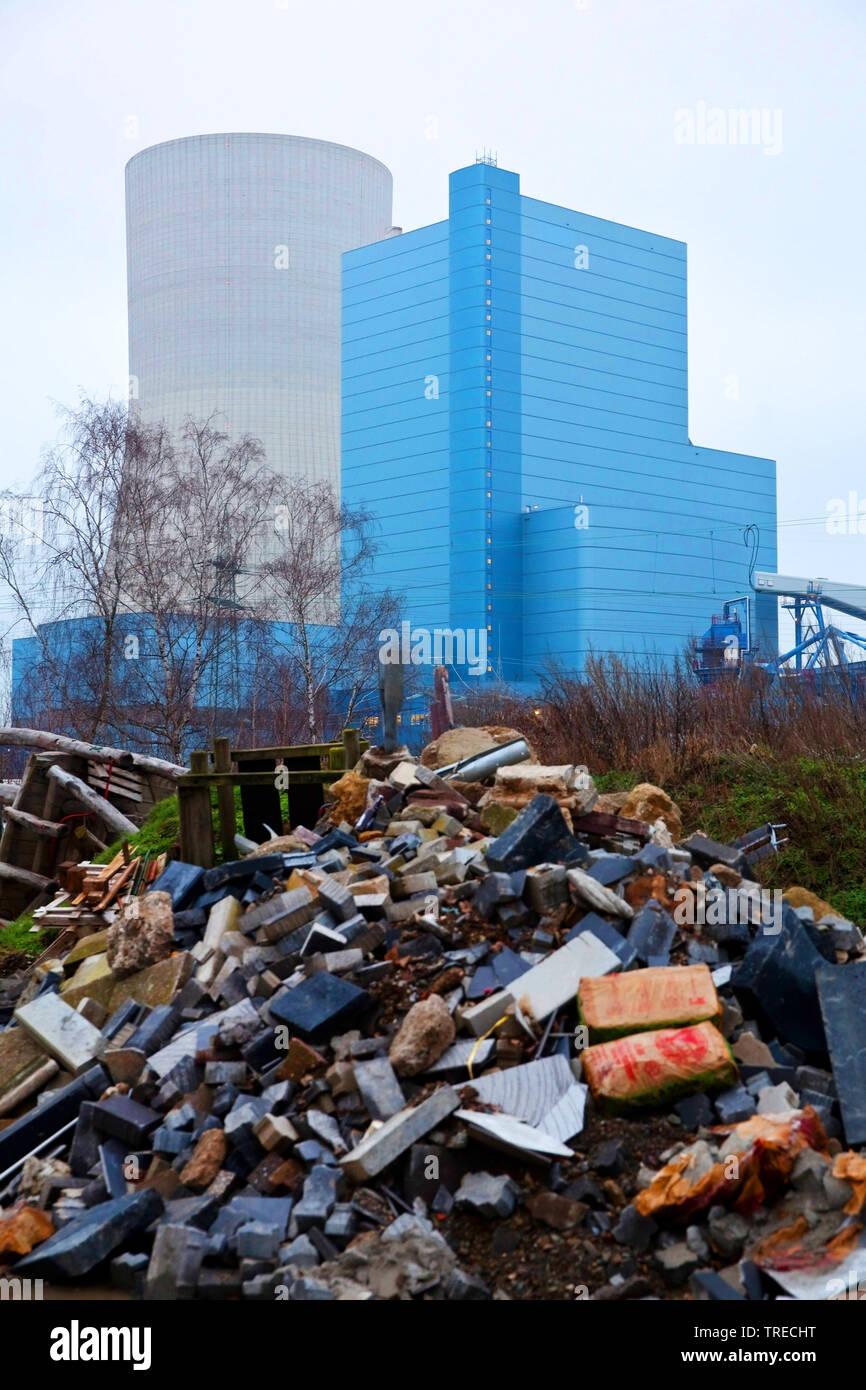 Muell vor dem Steinkohlekraftwerk Datteln mit Block 4 der Firma Uniper, Kohleausstieg 2038, Deutschland, Nordrhein-Westfalen, Ruhrgebiet, Datteln | wa - Stock Image