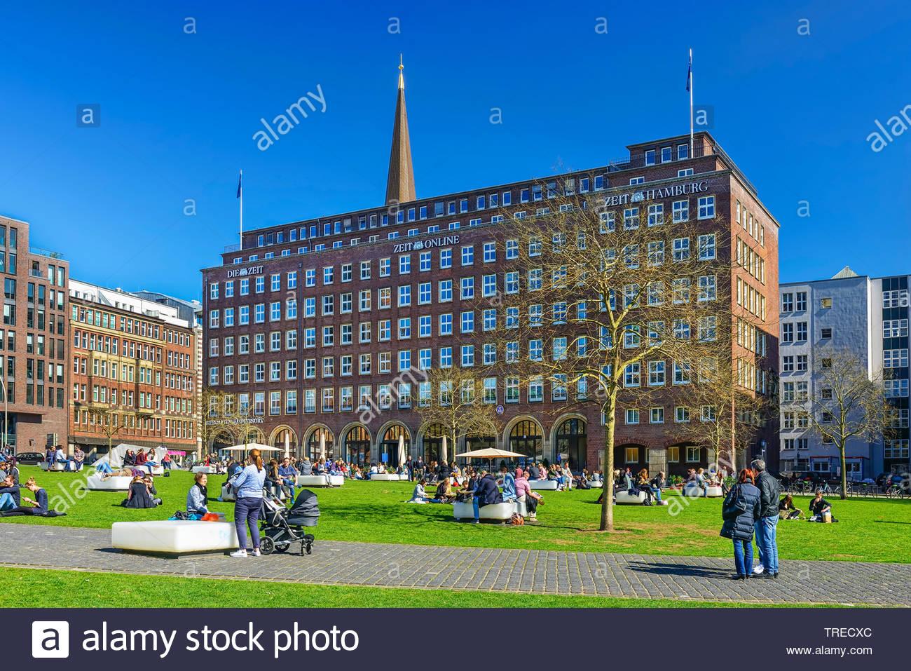 Die Zeit Verlagshaus und Domplatz, Deutschland, Hamburg | publishing house Die Zeit and park Domplatz, Germany, Hamburg | BLWS523222.jpg [ (c) blickwi - Stock Image