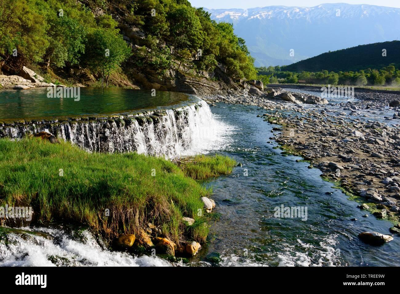 schwefelhaltige warme Thermalquelle am Fluss Lengarica, Albanien, Benjamin Constant | sulphurous warm thermal spring at the river Lengarica, Albania, - Stock Image