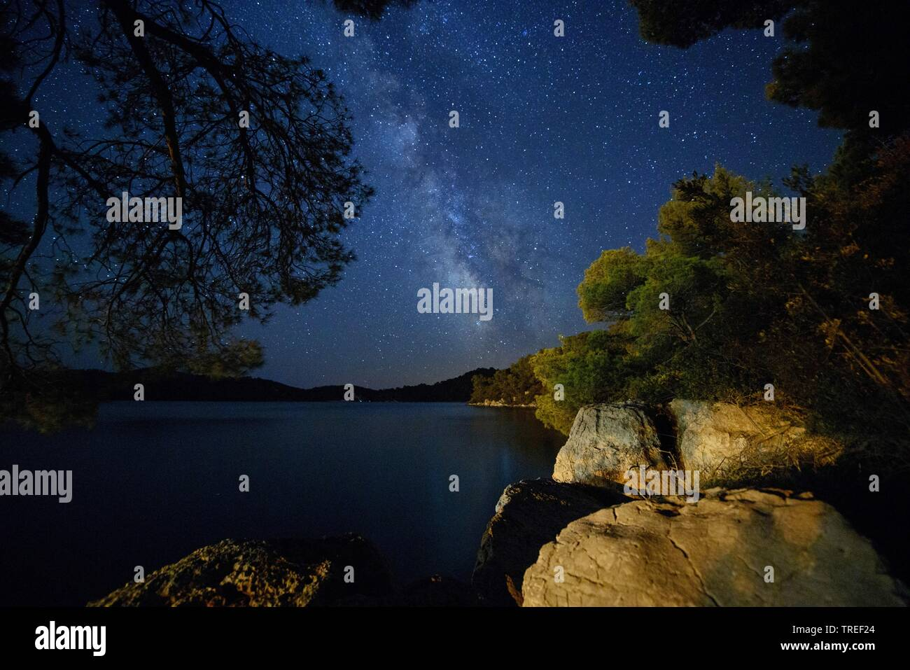 Sternenhimmel mit Milchstrasse ueber einem See im Nationalpark Mljet, Kroatien, Mljet Nationalpark | starry night with milky way above a lake in the M - Stock Image