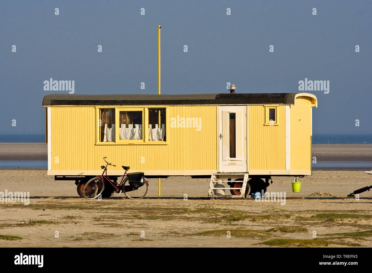 Caravan am Nordseestrand, Niederlande, Schiermonnikoog | Caravan on the North Sea beach, Netherlands, Schiermonnikoog | BLWS525472.jpg [ (c) blickwink - Stock Image