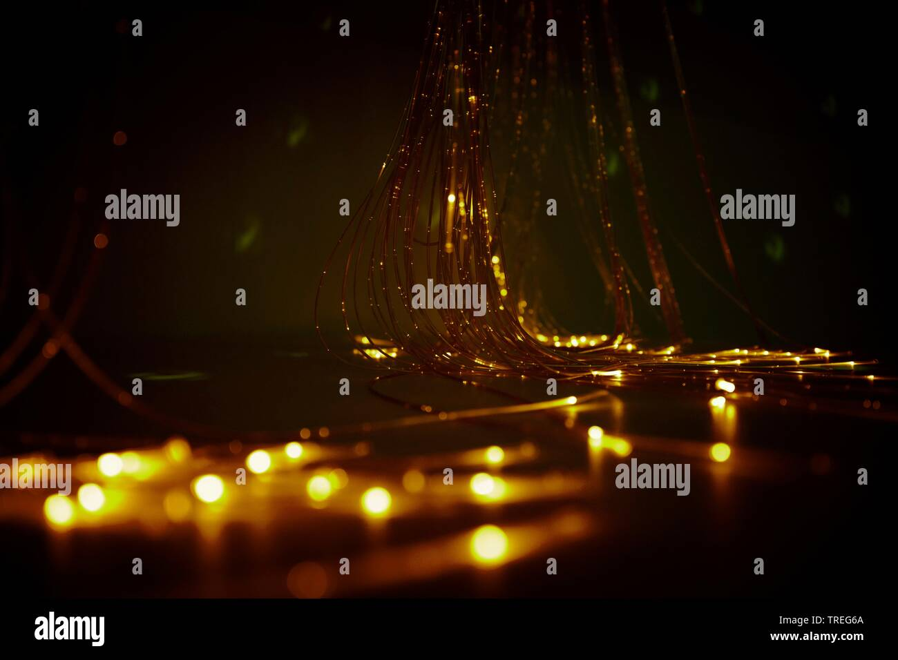 3D-Computergrafik, Glasfaserkabel in Gelbtoenen leuchtend - Lichtkunst | 3D computer graphic, fieber optic cables light up in yellow color - light art - Stock Image