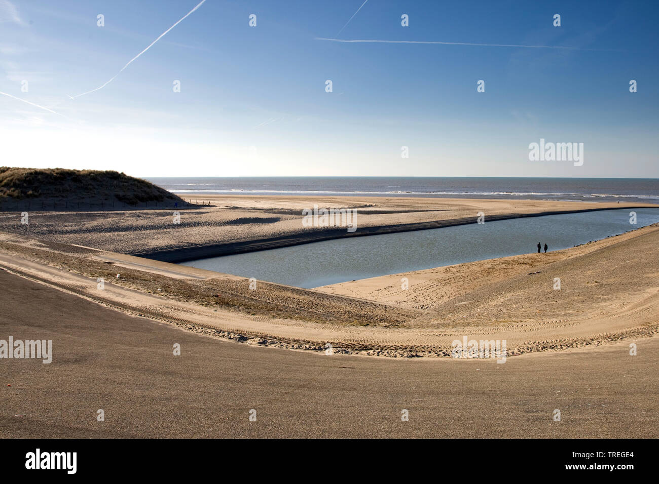 Buitenwatering, Entwaesserung in die Nordsee, Niederlande, Katwijk | Buitenwatering, drainage canal into the North Sea, Netherlands, Katwijk | BLWS526 - Stock Image